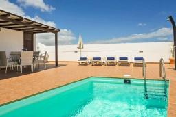 Бассейн. Испания, Лансароте : Комфортабельная хорошо меблированная вилла для отдыха на испанском острове Лансароте, вмещает до 9 человек, с 4 спальнями, 3 ванными комнатами и собственным бассейном