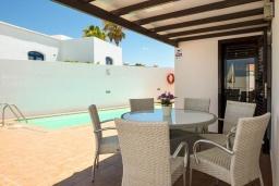 Обеденная зона. Испания, Лансароте : Комфортабельная хорошо меблированная вилла для отдыха на испанском острове Лансароте, вмещает до 9 человек, с 4 спальнями, 3 ванными комнатами и собственным бассейном