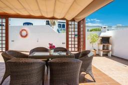 Терраса. Испания, Лансароте : Комфортабельная хорошо меблированная вилла для отдыха на испанском острове Лансароте, вмещает до 9 человек, с 4 спальнями, 3 ванными комнатами и собственным бассейном