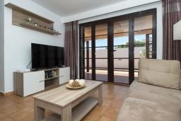 Гостиная / Столовая. Испания, Лансароте : Комфортабельная хорошо меблированная вилла для отдыха на испанском острове Лансароте, вмещает до 9 человек, с 4 спальнями, 3 ванными комнатами и собственным бассейном
