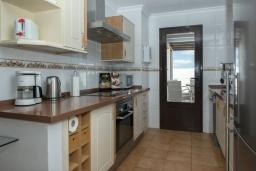 Кухня. Испания, Лансароте : Комфортабельная хорошо меблированная вилла для отдыха на испанском острове Лансароте, вмещает до 9 человек, с 4 спальнями, 3 ванными комнатами и собственным бассейном