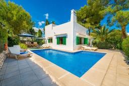 Зона отдыха у бассейна. Испания, Кала-д'Ор : Красивая вилла с садом и частным бассейном, и вместимостью до 10 человек с 5 спальнями, 3 ванными комнатами