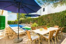 Обеденная зона. Испания, Кала-д'Ор : Красивая вилла с садом и частным бассейном, и вместимостью до 10 человек с 5 спальнями, 3 ванными комнатами