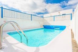Бассейн. Испания, Лансароте : Красивая вилла в морском стиле, с 2 спальнями, 2 ванными комнатами и собственным бассейном с подогревом.