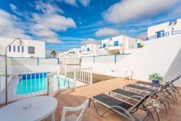 Зона отдыха у бассейна. Испания, Лансароте : Красивая вилла в морском стиле, с 2 спальнями, 2 ванными комнатами и собственным бассейном с подогревом.