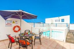 Терраса. Испания, Лансароте : Красивая вилла в морском стиле, с 2 спальнями, 2 ванными комнатами и собственным бассейном с подогревом.