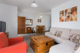 Гостиная / Столовая. Испания, Лансароте : Красивая вилла в морском стиле, с 2 спальнями, 2 ванными комнатами и собственным бассейном с подогревом.