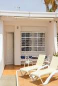 Вход. Испания, Лансароте : Очаровательная уютная вилла с видом на море для отпуска на испанском острове Лансароте, с 2 спальнями, 2 ванными комнатами