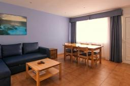 Гостиная / Столовая. Испания, Лансароте : Очаровательная уютная вилла с видом на море для отпуска на испанском острове Лансароте, с 2 спальнями, 2 ванными комнатами