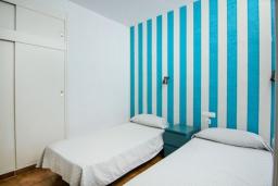 Спальня. Испания, Лансароте : Очаровательная уютная вилла с видом на море для отпуска на испанском острове Лансароте, с 2 спальнями, 2 ванными комнатами