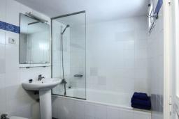 Ванная комната. Испания, Лансароте : Очаровательная уютная вилла с видом на море для отпуска на испанском острове Лансароте, с 2 спальнями, 2 ванными комнатами