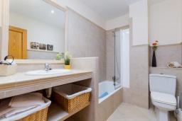 Ванная комната. Испания, Кан-Пикафорт : Шикарные апартаменты с террасой и отдельным входом
