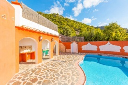 Бассейн. Испания, Фрихильяна : Роскошная, обставленная в едином стиле, с 4 спальнями, 3 ванными комнатами, частным бассейном и видом на море.