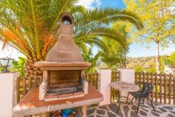 Зона барбекю / Мангал. Испания, Фрихильяна : Роскошная, обставленная в едином стиле, с 4 спальнями, 3 ванными комнатами, частным бассейном и видом на море.
