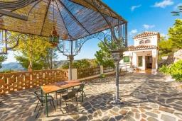 Беседка. Испания, Фрихильяна : Роскошная, обставленная в едином стиле, с 4 спальнями, 3 ванными комнатами, частным бассейном и видом на море.