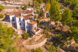 Вид на виллу/дом снаружи. Испания, Фрихильяна : Роскошная, обставленная в едином стиле, с 4 спальнями, 3 ванными комнатами, частным бассейном и видом на море.