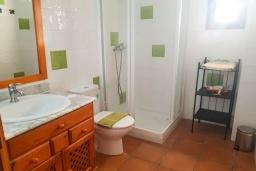 Ванная комната. Испания, Алькудия : Солнечная вилла с красивым видом, с 3 спальнями, 2 ванными комнатами, частным бассейном, кондиционерами и Wi-Fi