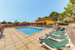 Зона отдыха у бассейна. Испания, Алькудия : Яркая вилла в традиционном стиле с частным бассейном, террасой и садом, с 4 спальнями, 3 ванными комнатами