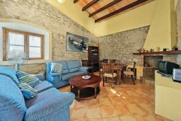 Гостиная / Столовая. Испания, Алькудия : Уютная вилла со стильным интерьером и красивым видом, с 4 спальнями, 4 ванными комнатами и собственным бассейном.
