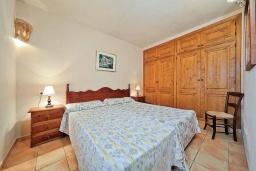 Спальня. Испания, Алькудия : Уютная вилла со стильным интерьером и красивым видом, с 4 спальнями, 4 ванными комнатами и собственным бассейном.