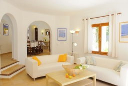 Гостиная / Столовая. Испания, Кала-д'Ор : Светлая уютная вилла с 4 спальнями, 4 ванными комнатами и собственным бассейном