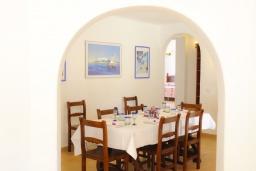 Обеденная зона. Испания, Кала-д'Ор : Светлая уютная вилла с 4 спальнями, 4 ванными комнатами и собственным бассейном