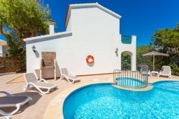 Зона отдыха у бассейна. Испания, Менорка : Яркая вилла с 3 спальнями, 2 ванными комнатами и собственным бассейном