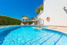 Бассейн. Испания, Менорка : Яркая вилла с 3 спальнями, 2 ванными комнатами и собственным бассейном