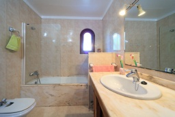 Ванная комната. Испания, Кала-де-Сант-Висент : Симпатичная вилла в небольшой рыбацкой деревне, с 4 спальнями, 3 ванными комнатами и частным бассейном.