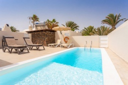 Бассейн. Испания, Лансароте : Красивая вилла с современным интерьером, с 2 спальнями, 1 ванной комнатой и собственным бассейном с подогревом.