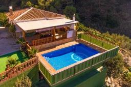 Бассейн. Испания, Нерха : Вилла с потрясающим видом с террасы на горы и пышные долины, с 3 спальнями, 2 ванными комнатами и собственным бассейном.