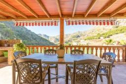Терраса. Испания, Нерха : Вилла с потрясающим видом с террасы на горы и пышные долины, с 3 спальнями, 2 ванными комнатами и собственным бассейном.