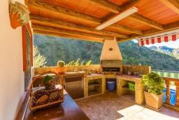 Зона барбекю / Мангал. Испания, Нерха : Вилла с потрясающим видом с террасы на горы и пышные долины, с 3 спальнями, 2 ванными комнатами и собственным бассейном.