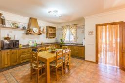 Кухня. Испания, Нерха : Вилла с потрясающим видом с террасы на горы и пышные долины, с 3 спальнями, 2 ванными комнатами и собственным бассейном.