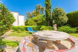 Зона отдыха у бассейна. Испания, Алькудия : Красивая вилла с частным бассейном, террасой и садом, с 4 спальнями и 2 ванными комнатами.