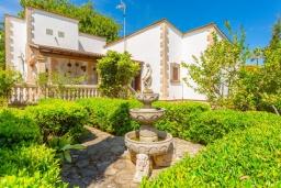 Вид на виллу/дом снаружи. Испания, Алькудия : Красивая вилла с частным бассейном, террасой и садом, с 4 спальнями и 2 ванными комнатами.