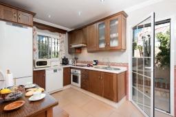 Кухня. Испания, Нерха : Красивая вилла с частным бассейном, 3 спальнями, 2 ванными комнатами, бесплатным Wi-Fi и кондиционерами.