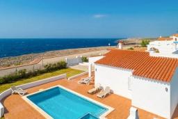 Вид на виллу/дом снаружи. Испания, Менорка : Светлая вилла с роскошным видом на море, с 3 спальнями, 2 ванными комнатами, частным бассейном.