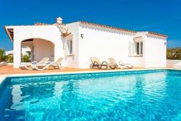 Бассейн. Испания, Менорка : Светлая вилла с роскошным видом на море, с 3 спальнями, 2 ванными комнатами, частным бассейном.