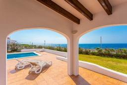 Зона отдыха у бассейна. Испания, Менорка : Светлая вилла с роскошным видом на море, с 3 спальнями, 2 ванными комнатами, частным бассейном.