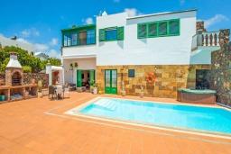 Вид на виллу/дом снаружи. Испания, Лансароте : Очень красивая комфортабельная вилла с 4 спальнями, 3 ванными комнатами, а также отдельным бассейном с подогревом и видом на море.