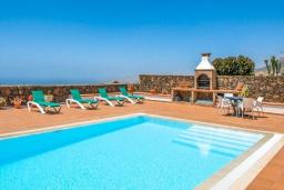 Бассейн. Испания, Лансароте : Очень красивая комфортабельная вилла с 4 спальнями, 3 ванными комнатами, а также отдельным бассейном с подогревом и видом на море.