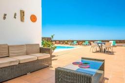 Зона отдыха у бассейна. Испания, Лансароте : Очень красивая комфортабельная вилла с 4 спальнями, 3 ванными комнатами, а также отдельным бассейном с подогревом и видом на море.