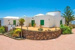 Вход. Испания, Лансароте : Очень красивая комфортабельная вилла с 4 спальнями, 3 ванными комнатами, а также отдельным бассейном с подогревом и видом на море.