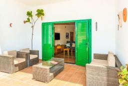 Терраса. Испания, Лансароте : Очень красивая комфортабельная вилла с 4 спальнями, 3 ванными комнатами, а также отдельным бассейном с подогревом и видом на море.