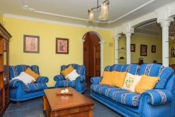 Гостиная / Столовая. Испания, Лансароте : Очень красивая комфортабельная вилла с 4 спальнями, 3 ванными комнатами, а также отдельным бассейном с подогревом и видом на море.