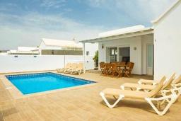 Бассейн. Испания, Лансароте : Свежая недавно построенная вилла с 5 спальнями, 3 ванными комнатами, а также собственным бассейном с подогревом