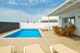 Терраса. Испания, Лансароте : Свежая недавно построенная вилла с 5 спальнями, 3 ванными комнатами, а также собственным бассейном с подогревом