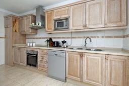 Кухня. Испания, Лансароте : Свежая недавно построенная вилла с 5 спальнями, 3 ванными комнатами, а также собственным бассейном с подогревом