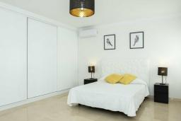 Спальня. Испания, Лансароте : Свежая недавно построенная вилла с 5 спальнями, 3 ванными комнатами, а также собственным бассейном с подогревом